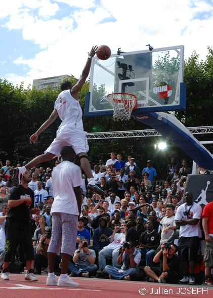 http://gobasket.free.fr/QUAI54/goldenchild_over_flo.jpg